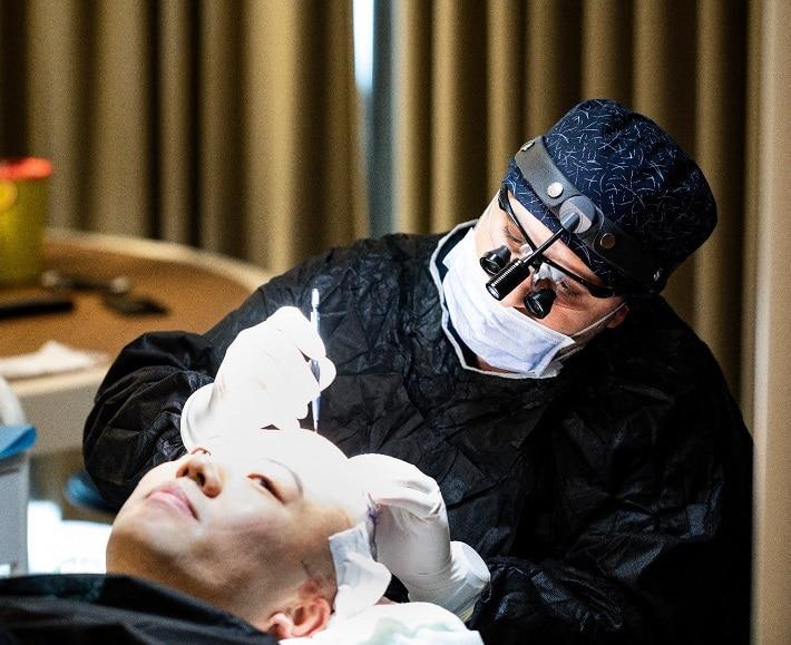 Доктора Аджар открывает каналы сапфировым лезвием