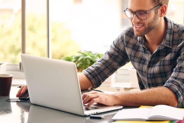 Мужчина сидит у ноутбука